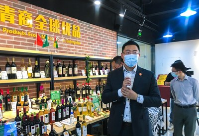 An e-commerce entrepreneur from Macao introduces wine sold by his company at an exhibition in Guangzhou, Guangdong Province, on May 22 (YAN WEI)